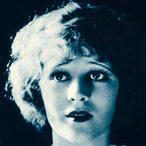 Movie actress Marguerite De la Motte - age: 47