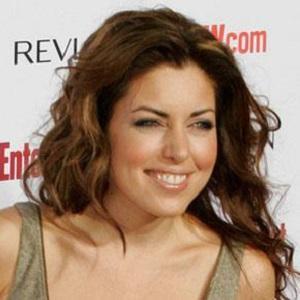 TV Show Host Bobbie Thomas - age: 41