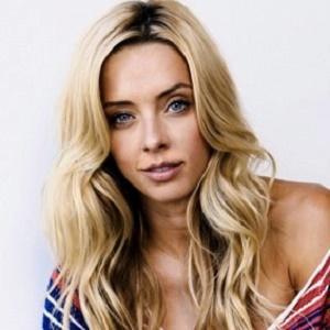 Blogger Lauryn Evarts - age: 34