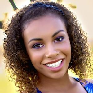 Cheerleader Kiara Nowlin - age: 25