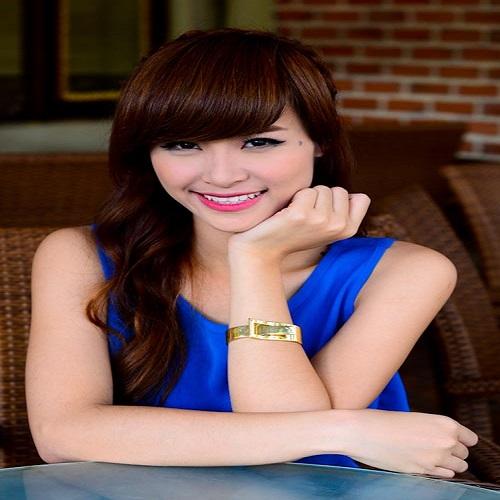 Singer Đông Nhi - age: 32