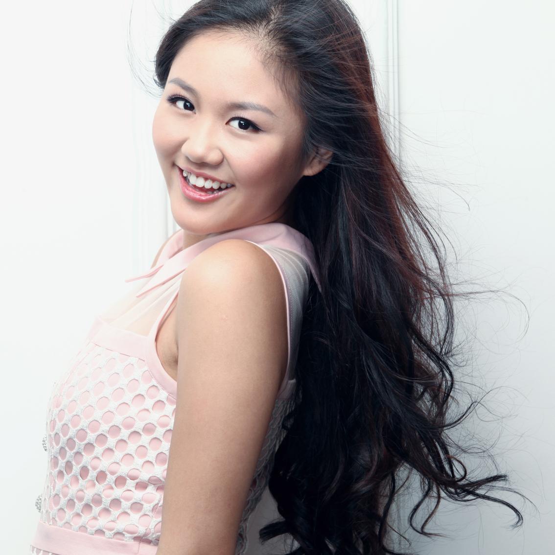 Singer Van Mai Huong - age: 26