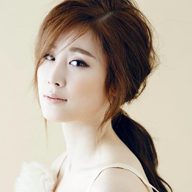 Singer Zhang Liyin - age: 32