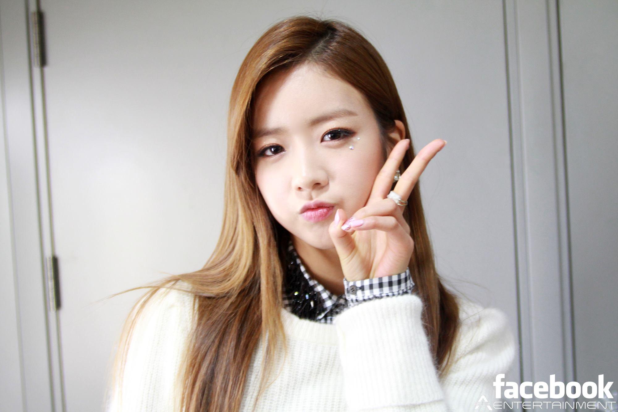 Singer Bo-mi Yoon - age: 23