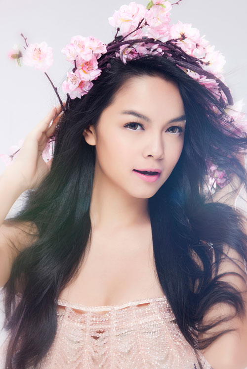 Singer Pham Quynh Anh - age: 33