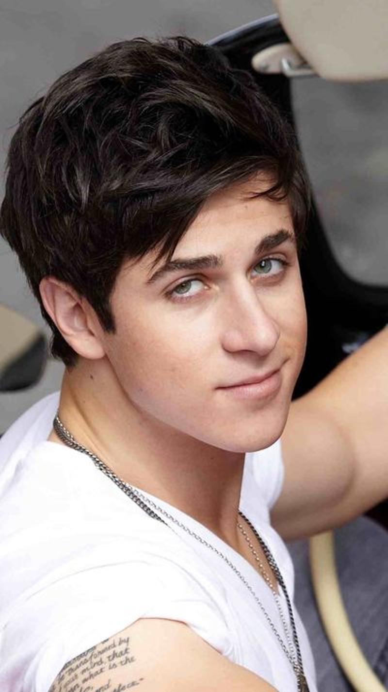 Actor David Henrie - age: 31