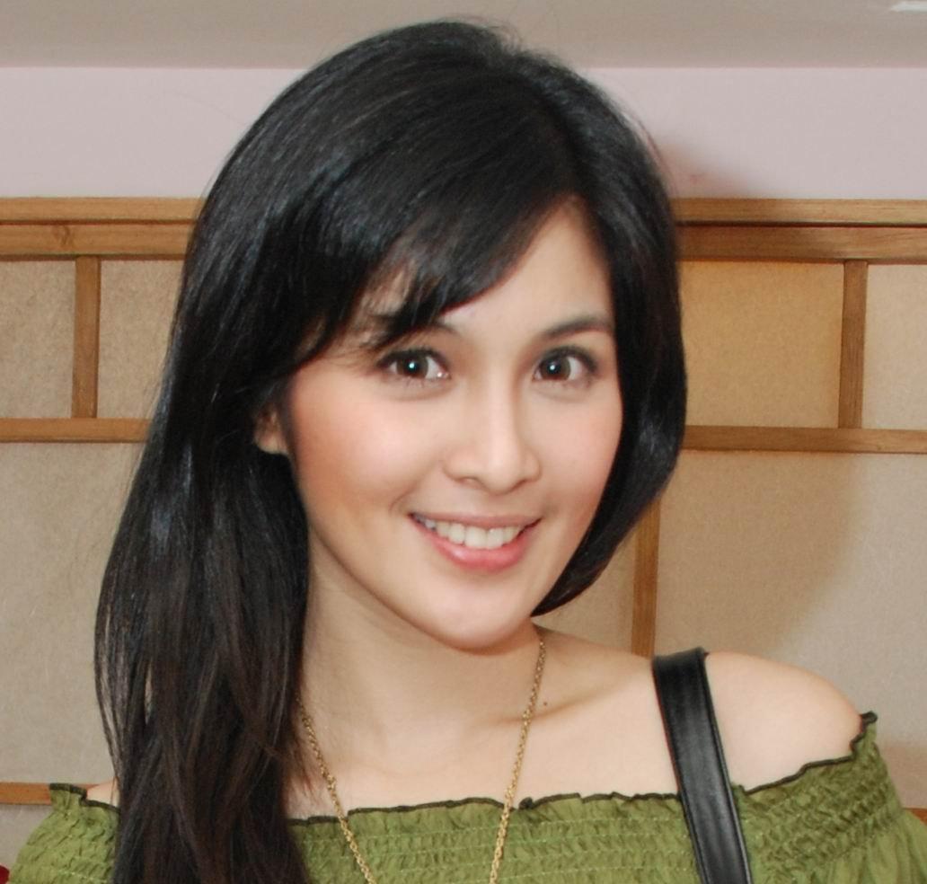 Actress Sandra Dewi - age: 33